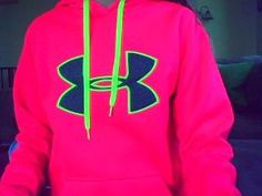 Neon/hot pink under armour sweatshirt, I would totaly wear this :) Nike Outfits, Sporty Outfits, Athletic Outfits, Fashion Outfits, Sporty Clothes, Athletic Style, Comfy Clothes, Athletic Wear, Fall Outfits