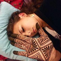 Cool geometric henna design with henna Henna Art Designs, Mehndi Designs For Beginners, Modern Mehndi Designs, Dulhan Mehndi Designs, Mehndi Design Photos, Beautiful Henna Designs, Latest Mehndi Designs, Mehndi Designs For Hands, Mehandi Designs