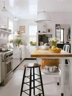 Cozinha em tom de branco e balcão em madeira maciça