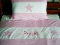 Traumschöne Kinderbettwäsche in rosa Vichy-Karo aus feiner, mercerisierter Baumwolle mit weißer Bordüre und Sternen-Applikationen und gesticktem Namen
