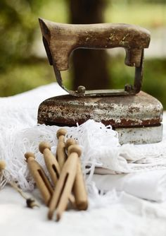 from La Magia del Bianco Magazine-Summer - vintage iron & pegs Antique Iron, Vintage Iron, Vintage Love, Vintage Items, Vintage Stuff, Vintage Buttons, Vintage Laundry, Vintage Sewing, Love French