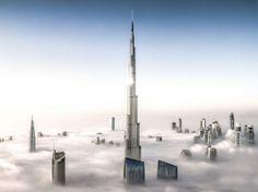 24 heures en images - Cette image est l'œuvre du photographe allemand Bjoern Lauen qui a immortalisé la Burj Khalifa, à Dubaï, dans une mer de brouillard, depuis un gratte-ciel voisin. Avec ses 828 mètres, la Burj Khalifa est la plus haute construction de la planète.(Bjoern Lauen/SOLENT NEWS/SIPA)