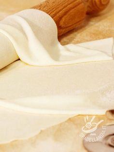 La Pasta Fillo è una ricetta base ottima per tante preparazioni. E' una pasta sfoglia sottile come un velo che, una volta cotta, risulterà molto croccante.