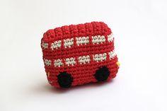 Red London bus handmade by Silayaya. Another #amigurumi: Telephone box, typical of London on Silayaya's blog. Autobús típico de Londres y la cabina roja en este post del blog de Silayaya.