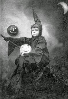Halloween Retro, 1920s Halloween Costume, Vintage Halloween Photos, Victorian Halloween, Hallowen Costume, Halloween Pictures, Vintage Photos, Halloween Stuff, Costume Ideas