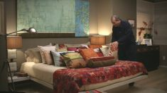 Jay and Gloria's bedroom in TV show: Modern Family. Too many pillows on a bed. Modern Family Gloria, Modern Family Tv Show, Modern Family House, Home And Family, Tv Show House, Tv Decor, Home Decor, Couch And Loveseat, Family Humor