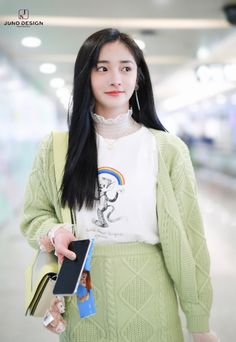 Kyulkyung makes a case for printed tees and layering in her recent airport outfit. Fashion Tag, Daily Fashion, Womens Fashion, Fashion Trends, Cute Homecoming Dresses, Airport Style, Airport Fashion, Rainbow Print, Chinese Actress