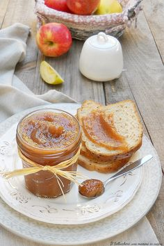 Il BURRO DI MELE o APPLE BUTTER è una confettura a base di mele che, grazie alla lunga cottura, si trasforma in una crema densa perfettamente spalmabile. Il suo sapore vi conquisterà! NON contiene BURRO 🙂 #burrodimele #burro #mele #applebutter #apple #butter #gialloblogs #ricette #recipes #golden #gala