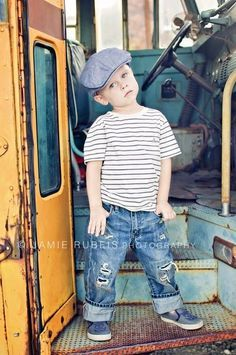 I love this back to school photo shoot on an old vintage school bus! ♥ Photo S. Toddler Photography, Clothing Photography, School Photography, Vintage Photography, Photography Ideas, Back To School Pictures, School Photos, Kind Photo, Foto Fun