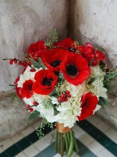 red and white bouquet | Red Valentine's Day Wedding Inspiration http://theproposalwedding.blogspot.it/ #wedding #valentinesday #heart #red #matrimonio #sanvalentino #cuore #rosso
