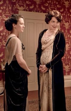 Cora & Sybil in Mary's red bedroom before the concert when Matthew returns to Downton with his fiance Lavinia Swire Downton Abbey Movie, Downton Abbey Fashion, Hijab Fashion Inspiration, Style Inspiration, Lady Sybil, 1920s Looks, Elizabeth Mcgovern, Image Film, Lady Mary