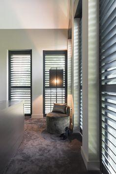 "Foto: Anneke Gambon – ""Stijlvol Wonen"" - © Sanoma Regional Belgium N. Bedroom Shutters, Wooden Shutters, Luxury Interior, Interior And Exterior, Home Bedroom, Bedroom Decor, Bedroom Inspo, Small Space Interior Design, Tadelakt"