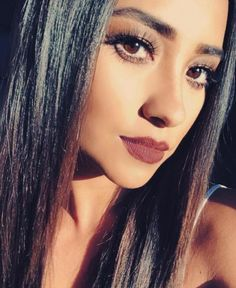 Pretty Little Liars : Shay Mitchell et Lucy Hale en beauty look glamour dark sur Instagram, comment l'adopter ?