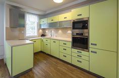 Kuchyně v limetkové barvě má dvířka z lamina.