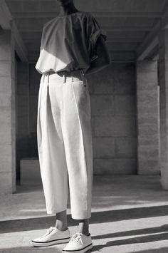 """Bei klirrend kaltem Sonnenschein vor dem Fenster trudelte gerade der neue Imagefilm zur Hermès Spring/Summer 2015 Kollektion """"Vestiaire"""" ein – und ich könnte ihn den ganzen Tag auf Dauerschleife laufen lassen. Denn schöner kann man das Sommergefühl nicht einfangen, als es Zoë Ghertner in den eineinhalb Minuten tut. Zu Vogelgezwitscher und Meeresrauschen möchte ich den … Mehr lesen »"""