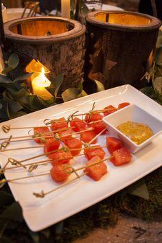 Un aperitivo recurrente y fácil de preparar son las brochetas de dados de salmón con salsa de eneldo. Cari ya lo ha convertido en uno de los entrantes estrella de su cátering gracias a una receta secreta de eneldo.