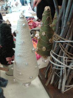 Albero di Natale: sagoma di polistirolo rivestita con cordone di lana bianca e fissato con spilli di perle. Versione numero 2 in colore verde con decorazioni di bottoni oro