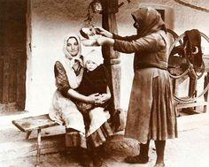 Beteg gyerek gyógyítása ólomöntéssel, Szenna, 1930-as évek. Fotó: Palotay Gertrúd.