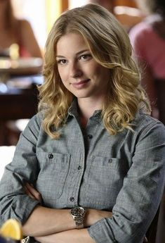 Kinda like this simple Emily Thorne outfit (from the show Revenge). Interesting how she wore this top in a two episodes. yay to Hollywood for recycling clothes. Emily Thorne, Amanda Clarke, Sharon Carter, Emily Vancamp, Ange Demon, Canadian Actresses, Rolex Submariner, Hollywood Celebrities, Beautiful Women