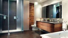 Le bois ajoute une note rustique chic dans cette salle de bains de campagne | Photo: Yves Lefebvre #deco #salledebain #miroir