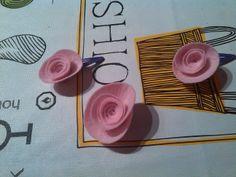 Pinzas de rosa en fieltro