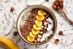 Smoothie bowl chocolat, banane, noisettes et noix de coco