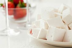 Bring on the Bubbly: How to Make Champagne Marshmallows via Brit + Co White Marshmallows, How To Make Marshmallows, Recipes With Marshmallows, Homemade Marshmallows, Recipe Using Egg Whites, Egg White Recipes, Chocolate Wine, Valentines Food, Eat Dessert First