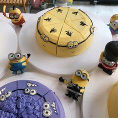 [ #쪼각쪼각데이 ] 바나나몽둥이 가꼬왑마! 야생미니언(⁎⁍̴̆Ɛ⁍̴̆⁎) - #플로우이니 #flowini #언덕위가게 Minion Theme, Minion Birthday, Pretty Cakes, Cute Cakes, Evil Minions, No Bake Snacks, Baking Ideas, Creative Food, Cake Cookies