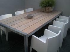 Mooie robuuste tuintafel van steigerhout en verzinkt staal met strakke boxstoelen. Gezien op www.designtuinmeubels.nl