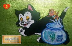 """Il gattino """"bianconero"""" misura cm. 28X18,5. Ama giocherellare con la pesciolina che vive nella boccia di vetro."""