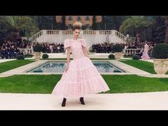 All the looks from the Haute Couture collection, presented by Karl Lagerfeld for Spring-Summer 2019 at the Grand Palais in Paris. Only Fashion, Look Fashion, Fashion Brand, Spring Fashion, Fashion Show, Fashion Beauty, Haute Couture Looks, Haute Couture Fashion, Chanel Fashion