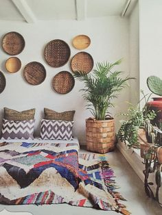 This style looks so effortless - you can start sou - Murales Pared Exterior Le Style Navajo, Indonesian Decor, Baskets On Wall, Woven Baskets, Deco Boheme, Estilo Boho, Home Decor Bedroom, Bedroom Ideas, Home Decor Accessories