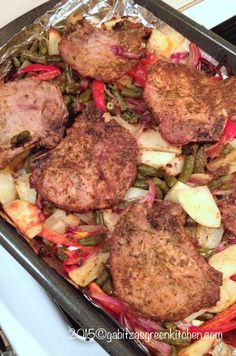 This recipe of pork chops with roasted vegetables is great for the middle of the week when you have to come up with a fast dinner for your family. Romanian Food, Fast Dinners, Cordon Bleu, Roasted Vegetables, Pork Chops, Steak, Grilling, Good Food, Food And Drink