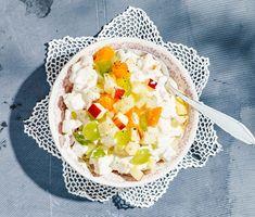 Den fruktiga mimosasalladen är en klassiker på julbordet men har även ett brett användningsområde under de varma sommarmånaderna. Den passar fint till de flesta kalla kötträtter och som fyllning i den alltid lika uppskattade smaskiga smörgåstårtan. Cobb Salad, Acai Bowl, Camembert Cheese, Salad Recipes, Food And Drink, Vegetarian, Tasty, Vegetables, Breakfast