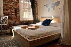 Good feng shui for this brick wall bedroom : ideal for a couple who likes travels :). Conseil feng shui : déco idéale si votre désir est de voyager encore plus. #fengshui #conseil #amenagementfengshui