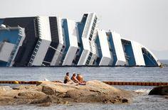 Turistas tomando sol al lado del Costa Concordia.