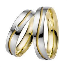Exklusive Eheringe der Firma Rauschmayer aus Weißgold und Gelbgold. Die Ringe gehören der Kollektion Sandwich zwei an. Sie sind 5mm breit und besitzen eine sandmatte sowie glänzende Oberfläche. Der Damenring wird zudem von einem Brillanten geziert.  Den schwingenden Verlauf mit dem Ring drin finde ich wunderschön. Hoffe nur, dass sich da kein Dreck sammelt..
