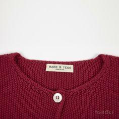 Chaqueta roja de punto con botón en el cuello para niña de Babe & Tess. #girl #jacket #fashion #NeroliByNagore #SS14 #BabeAndTess