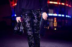 Disko-Outfit! Perfekt gestylt durch die Nacht mit einer Paillettenhose und Bluse von Amy Vermont aus dem aktuellen Wenz-Katalog.