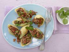 Gefüllte Muschelnudeln: Ähnlich der klassischen Bolognese kommt die Sauce der gefüllten Muschelnudeln mit weniger Fett aus.
