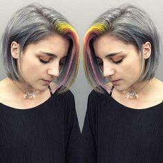 Chica con el cabello gris y un mechon en color amarillo