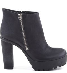 As botas de solado tratorado retornam à cena fashion acrescentado uma boa dose de poder aos visuais do Inverno 2016. Estas ankles, com zíper lateral se destacam pela praticidade e permitem compor vis