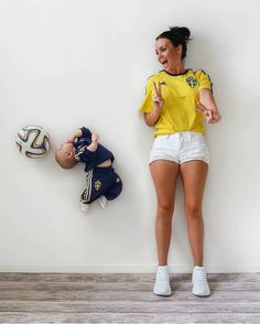 So cute 😍 tag a fit mom 👇 Photos by: Monthly Baby Photos, Newborn Baby Photos, Funny Babies, Cute Babies, Baby Boy Pictures, Mama Baby, Foto Baby, Newborn Baby Photography, Baby Kind