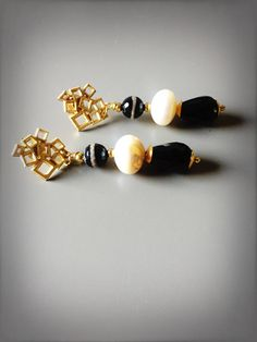 Orecchini pendenti eleganti e raffinati con agata tibetana perla scaramazza e gocce di onice nero di LesJoliesDePanPan su Etsy