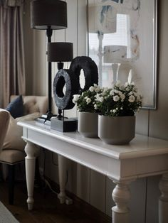 Små, men enkle grep! | Villa Paprika Villa, Entryway Tables, Interior Decorating, Furniture, Decoration, Home Decor, Ideas, Red Peppers, Interior Styling