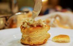 Vol-au-vent con pere e formaggio - Ricetta per un gustoso antipasto di vol-au-vent di pasta sfoglia farcito da una crema di formaggio arricchita con le pere, usando i vol-au-vent già pronti questa ricetta è anche molto veloce da fare