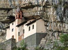 Questa piccola chiesa vicino a Rovereto veniva prevalentemente utilizzata dai monaci dell'Ordine di San Colombano, che professavano una vita eremitica nel tempo di quaresima