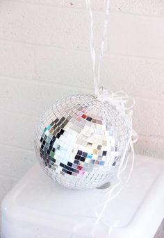 A Bubbly LifeParty Hack- Disco Ball Balloon Weights - A Bubbly Life Disco Party, Disco Birthday Party, Ball Birthday Parties, Disco Ball, Bubble Party, 70s Party, 30th Birthday, Party Time, Diy Balloon Weight
