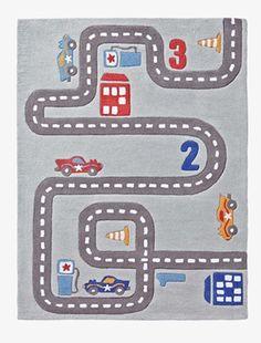 In einem richtigen Jungenzimmer darf natürlich auch ein Auto-Spielteppich nicht fehlen! Der Jungenteppich aus Baumwolle lädt mit Straßen, Häusern, Zapfsäule, Autos und Zahlen zum phantasievollen Spielen ein. Produktdetails:Teppich: Reine Baumwolle, getuftet. 100 x 133 cm. Motive: Straße, Autos, Häuser, Zapfsäule, Zahlen. Hinweis: Vor dem ersten Benutzen bitte gründlich staubsaugen. Bitte nicht waschen oder chemisch reinigen.;