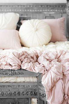 Schlafen wie eine Prinzessin in Rosa! Noch mehr Ideen für Shabby Chic gibt es hier: www.gofeminin.de/wohnen/shabby-chic-selber-machen-s1328775.html